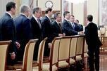 图中:梅德韦杰夫迎接政府新内阁成员。摄影:俄通社-塔斯社