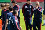 俄罗斯国家队主教练艾德沃卡特与俄罗斯足球运动员。摄影:AP