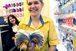 图中:元旦,Euroset公司加里宁格勒分公司雇员展示当天收入。摄影: 俄新社(Igor Zarembo)