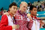 图中:2012年8月7日,在伦敦奥运会游泳中心举行了男子3米跳板颁奖仪式,冠亚季军得主分别为伊利亚•扎哈罗夫、秦凯(左)和何冲(右)。8月7日,俄罗斯运动员扎哈罗夫为观众带来惊喜,在男子3米跳板比赛中以出色成绩破灭了中国代表队包揽跳水项目8枚金牌的梦想。图片来源:路透社