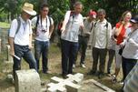 图中:保罗•哈里森指着破碎的俄罗斯东正教坟墓,向学生们讲解坟墓保护的相关技术。摄影:马克•扎瓦德斯基(Mark Zavadsky)