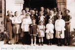 图中:1939年,德米特里•乌斯本斯基大祭司在香港东正教教堂门口与移民香港的俄罗斯教民合影。摄影:William Kosar