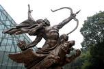 """""""正义之神""""雕塑亮相南京国际抗日航空烈士公园。图片来源:新华社"""