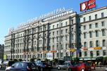 """每一位来到圣彼得堡的游客,从莫斯科车站来到起义广场时,都会看到""""十月""""宾馆建筑外墙上的一句话:""""英雄城市 - 列宁格勒""""。 图片来源:Lori/LegionMedia"""