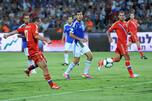 在2014年世界杯预选赛俄罗斯对以色列的比赛中,俄罗斯国家队队员亚历山大•克尔扎科夫(左)进球得分。图片来源:俄新社