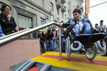 从形式上看,莫斯科的街道是方便残疾人士通行的。人行横道两侧的路肩石铺设的似乎也不高,而且地下通道也设有斜坡,然而没有他人帮助却无法使用这些设施。图片来源:俄新社