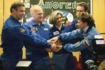 """图中:2001年,俄法考察组乘坐""""联盟-TM33""""号飞船飞往国际空间站之前合影留念。左起:康斯坦丁•科泽耶夫、维克多•阿法纳西耶夫、克洛迪•艾涅尔、谢尔盖•扎列廷和娜杰日达•库热丽娜亚。图片来源:塔斯社"""
