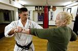"""退休老人们通过练习武术强健身心。尽管练习过程中没有激烈地拳打脚踢,但却有不少像""""龙翼""""和""""蝶掌""""这些有着浪漫名称之称的动作。图片来源:俄新社"""