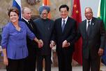 2012年6月,在墨西哥洛斯卡沃斯举行了二十国集团领导人第七次峰会。图中:2012年6月18日,金砖国家领导人合影留念。从左至右为:巴西总统迪尔玛•罗塞芙、俄罗斯总统弗拉基米尔•普京、印度总理曼莫汉•辛格、中国国家主席胡锦涛与南非洲总统雅各布•祖马。图片来源:路透社