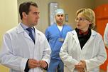 2012年10月17日,俄罗斯政府总理德米特里•梅德韦杰夫与俄联邦卫生部部长维罗尼卡•斯克沃尔佐娃参观罗德尼基村联邦心血管外科中心。图片来源:俄新社
