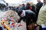 2002年10月23日,莫斯科杜布罗夫卡剧院正在上演音乐剧《东北风》时发生了车臣武装分子劫持人质事件。图中:人们参加为受害者举行的纪念活动。图片来源:俄新社