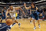 2012年10月12日,周五,在印第安纳波利斯举行的NBA季赛前比赛的下半场中,印第安纳步行者队前锋杰夫•潘德格拉夫在明尼苏达森林狼队后卫阿列克谢•舍维德前方带球。图片来源:AP
