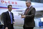 "TU-204-300 VIP级新型飞机由俄罗斯""Aviastar""联合飞机制造公司为""俄罗斯""特别飞行中队制造。图中:俄罗斯副总理德米特里•罗戈津参加飞机交接仪式。左为""Aviastar""公司负责人谢尔盖•杰缅季耶夫。图片来源:俄新社"