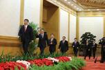 11月15日,刚刚在中共十八届一中全会上当选的中共中央总书记习近平和中央政治局常委李克强、张德江、俞正声、刘云山、王岐山、张高丽在北京人民大会堂同采访十八大的中外记者亲切见面。图片来源:新华社