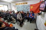 11月8日,中国共产党第18次全国代表大会开幕式在北京人民大会堂举行。图中:北京安贞里小区居民在观看电视直播。图片来源:新华社