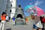 """游客在克里姆林宫内的""""沙皇钟""""前留念。图片来源:塔斯社"""