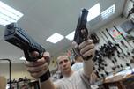 民意调查显示,绝大多数俄罗斯人对国人持有短枪支持坚决反对的态度。图片来源:生意人报