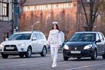 """加里宁格勒州交通安全局的""""天使守护神""""行动。一位身着白衣、带双翅并头顶光环的人在交警陪同下,沿马路叮嘱司机小心驾驶。图片来源:俄罗斯报"""