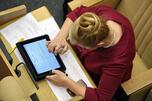 据俄罗斯媒体报道,梅德韦杰夫将不再开会时使用iPad。据他称,自己开会使用iPad是为了做记录,却被怀疑和批评在玩游戏,为了避嫌以后将改用纸笔做记录。图片来源:生意人报