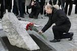 弗拉基米尔·普京于2009年12月9日对悲剧遇难者的纪念碑献花。来源:kremlin.ru