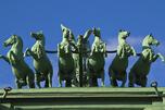 纳尔瓦凯旋门的马匹雕塑。