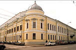 位于沃兹德维任卡大街的博尔孔斯基大厦建于18世纪后期,在1812年火灾之后被重建,1816年被文学家列夫·托尔斯泰( Leo Tolstoy)的祖父尼古拉·博尔孔斯基(Nikolay Bolkonsky)公爵购买,托尔斯泰的祖父就是小说《战争与和平》中博尔孔斯基老公爵的原型。图片来源:Wikipedia