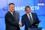 新华社亚欧总分社社长张铁钢与SPBTV公司总经理基里尔•菲力波夫握手。图片来源:俄新社。