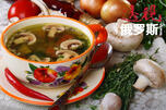 只要蘑菇新鲜廉价且数量充足,就可以尝试着做许多俄罗斯传统蘑菇菜品,比如加了大麦和马铃薯的现代蘑菇汤。图片来源:Lori / Legion Media
