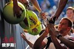 当今俄罗斯网坛一哥、世界排名第15位的米哈伊尔·尤兹尼在澳网首轮比赛中三盘轻松淘汰德国选手扬·伦纳德·施特鲁夫。图片来源:Reuters