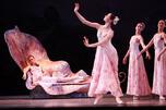 圣彼得堡马林斯基剧院上演的芭蕾舞剧《仲夏夜之梦》,叶莲娜·刚达乌洛娃在剧中扮演仙后泰坦尼娅。 摄影:Vadim Zhernov/俄新社