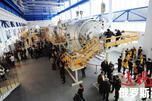 """2012年俄罗斯一年一度的宇航日(4月12日)前夕,距莫斯科100多公里处的星城加加林宇航员训练中心,游客正在参观""""和平号""""空间站模型。图片来源:俄通社-塔斯社"""