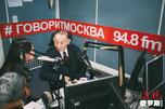 梅葆玖先生接受莫斯科的电台采访。图片来源:Press Photo