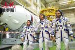 """美国航空航天局宇航员斯科特·凯利(美国),俄罗斯联邦航天局宇航员根纳季·帕达尔卡(俄罗斯)和米哈伊尔·科尔尼延科(俄罗斯)在""""拜科努尔""""发射场试穿密闭飞行服。图片来源:俄新社"""