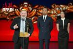 谢尔盖·莫克里茨基替尤利娅·佩里希尔德获最佳女主角奖。图片来源:Photoshot/Vostock Photo