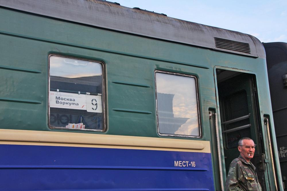 La voce annuncia l'arrivo del treno nella remota Repubblica di Komi, a 48 ore di viaggio da Mosca. Il nome può ancora far rabbrividire i passeggeri