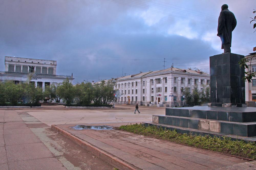 Piazza Kirov, circondata da eleganti edifici staliniani e dal primo grande albergo della regione, attende la posa di un monumento all'architetto e prigioniero politico Lunyov
