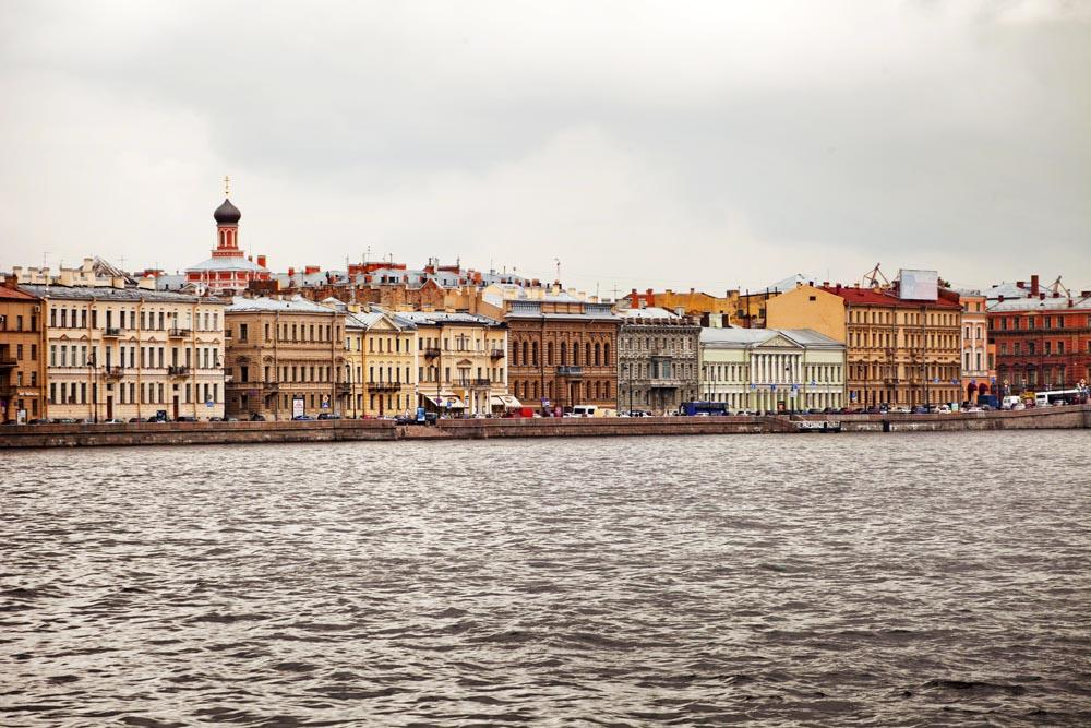 Another advantage is that hotels and restaurants reduce their prices during the shoulder season; you will be able to have a more affordable holiday.<br>Neva River