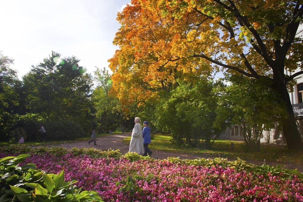 September itself is a wonderful time to visit St. Petersburg, with the glorious autumnal colors in the parks and gardens highlighting the city's melancholy beauty.<br>Yelagin island