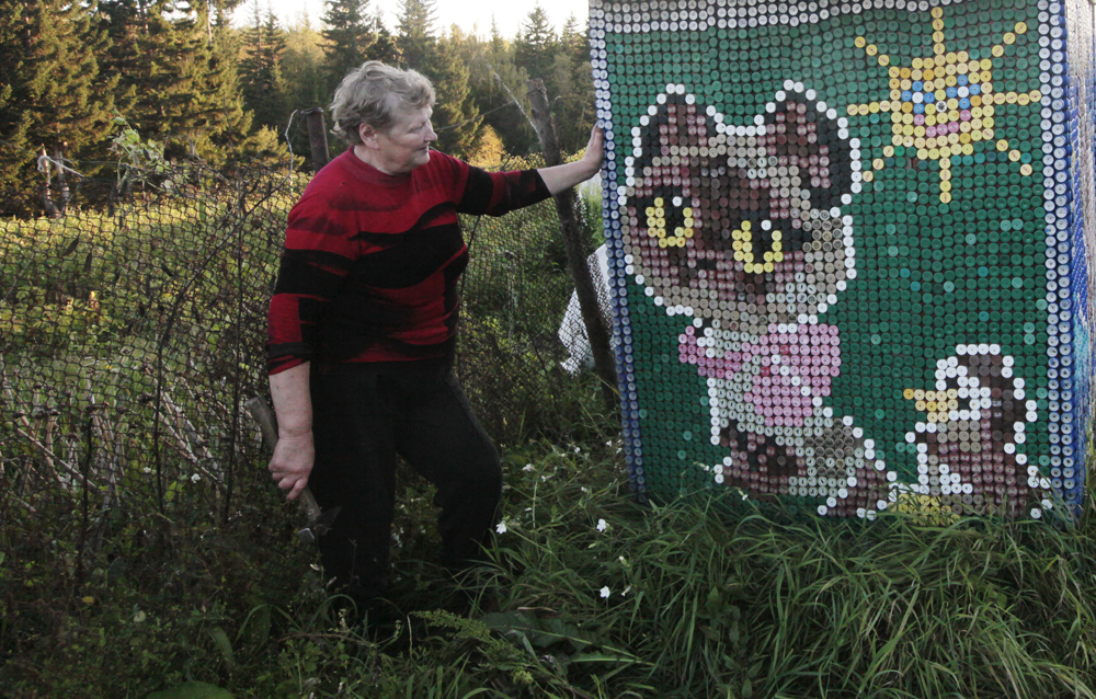 Totally, she used more then 30000 plastic plugs and spent 4 years to decorate the shed, the toilet and one of the house's walls. Olga interlocked the plugs following the method of macrame.