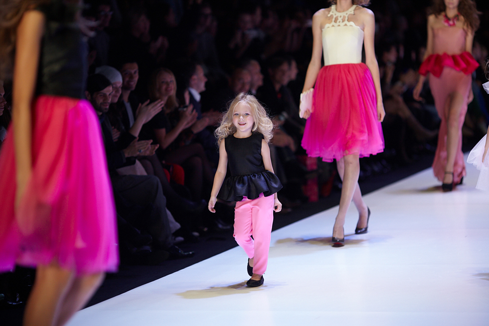 """意大利品牌在各大时装周都是不可缺少的。参加本届莫斯科时装周的是Costume National品牌服装。在莫斯科的历史建筑""""马涅斯""""展览馆中,观众欣赏到该品牌推出的粉红色细纱上衣、白色马裤、肉丝角斗士凉鞋、低双排扣宽松夹克衫,以及带有几何轮廓的黑色竖条纹裙装和西装。"""