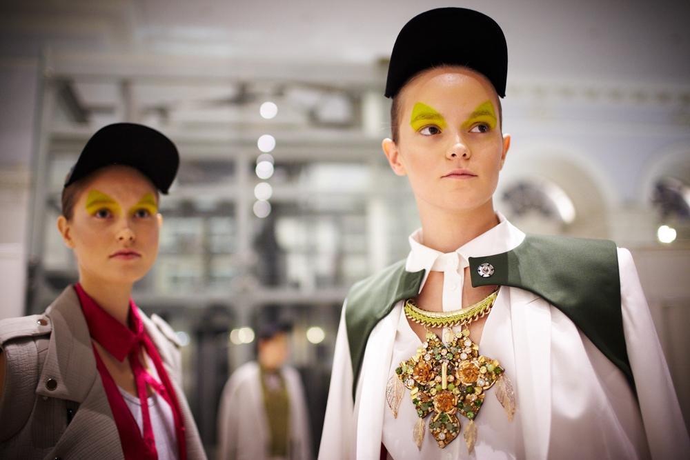 本届时装周期间,有关俄罗斯设计师奥列格·比留科夫(Oleg Biryukov)和斯维特兰娜·杰金(Svetlana Tegin)的新闻一直占据媒体头版头条。