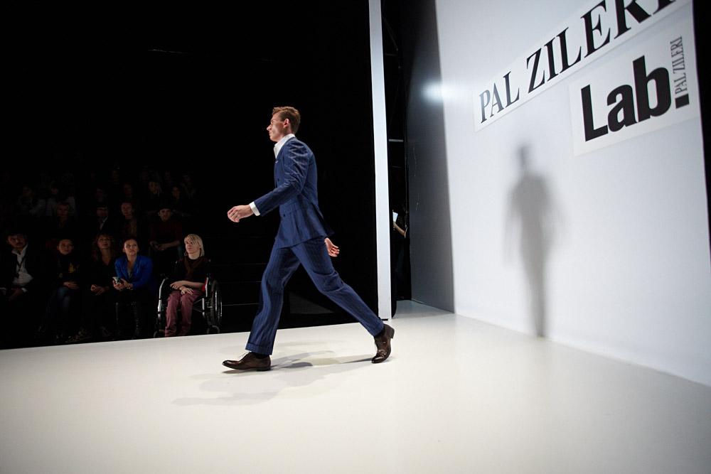 """梅赛德斯-奔驰俄罗斯时装周以意大利知名品牌伯爵莱利(Pal Zileri)系列高级男装成衣(prêt-a-poreter)展示作为终场压轴活动。该品牌在全球取得了巨大的商业成功,服装以舒适便利为准则体现了""""穿上就走""""的特点。在俄罗斯精品店和品牌专卖店中,该品牌粉丝很热衷于高级成衣定制。"""