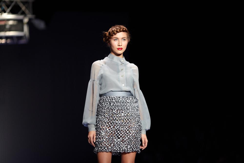 莉莉娅·普斯托维特(Liliya Pustovit)是一位来自乌克兰的非常有才华的设计师,普斯托维特品牌系列服装在T台上得到充分展示。该品牌服装不仅在米兰进行展示,同时还陈列在各大城市精品店内,如莫斯科的LeForm店和伦敦的Dome Market店。