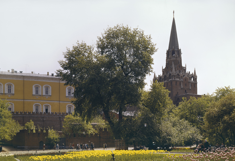 The park comprises three separate gardens: Upper, Middle and Lower, which stretch along all the length of the western Kremlin wall for 865 meters (2,838 ft).