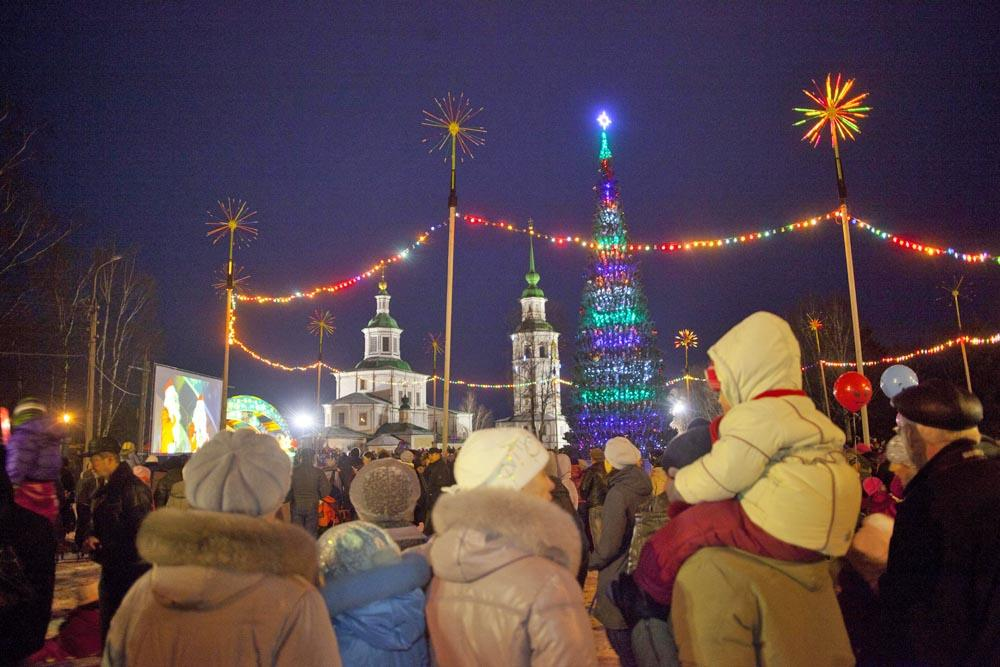 Ded Moroz usually lights up the first New Year's tree on his birthday - November, 18th. Ded Moroz lit the lights on the Christmas tree in Velikiy Ustyug's main square with his magic staff, thus kicking off the festive season.