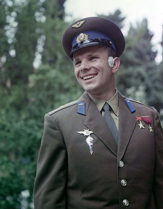 """""""Сметаме дека Советските власти треба да го претстават ЈУРИЈ ГАГАРИН со 12 марамчиња... и 6 вратоврски..."""" Од тајната директива на советскиот Совет на министри, 18 Април, 1961."""