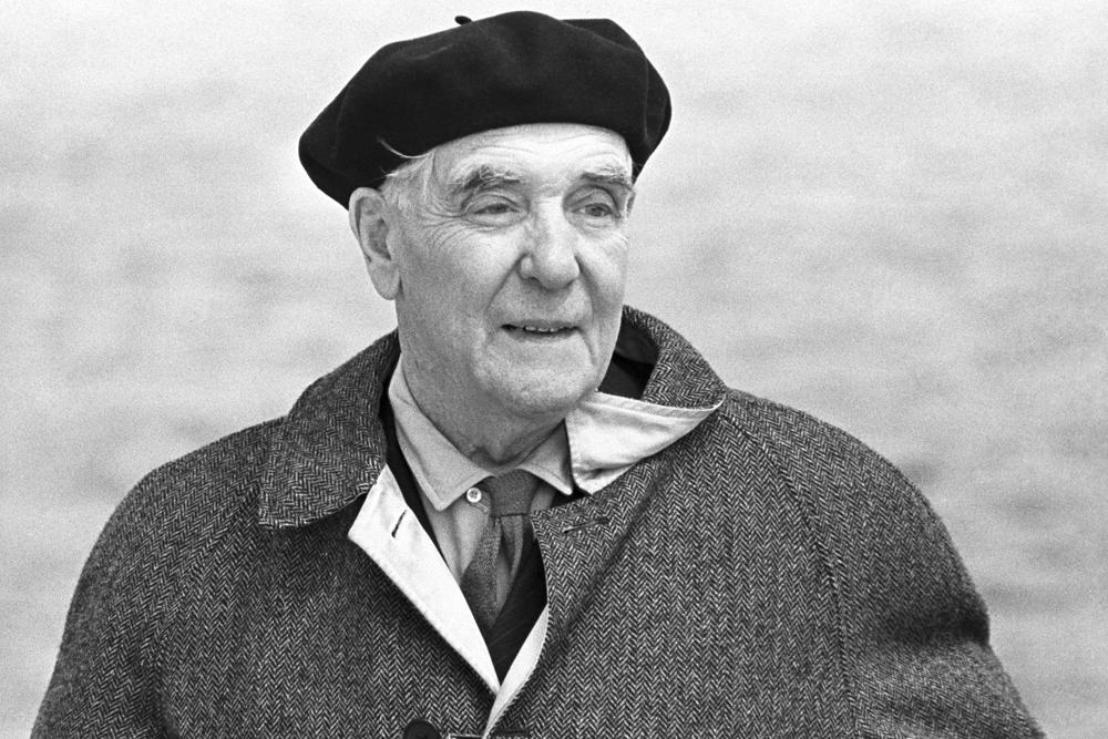 Добитникот на Нобеловата награда за физика, членот на Кралското друштво од Лондон, Петар Капица, беше многу необичен човек. Неговите современици често се присетуваа на неговиот невообичаен стил - вратоврска и каубојска кошула.