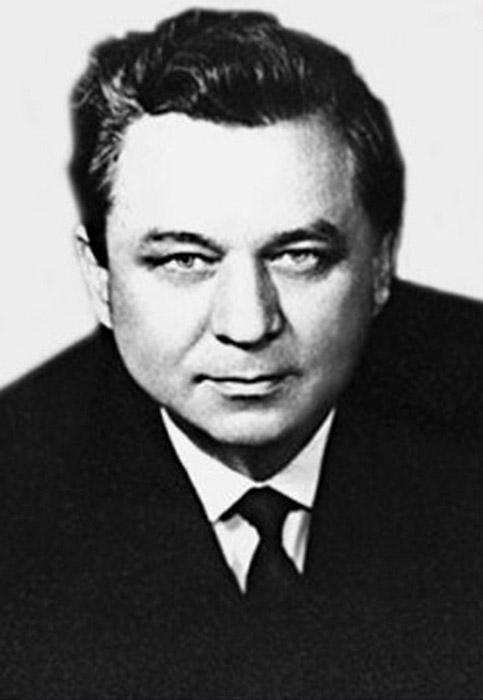"""За уште еден руски агент облека во духот на времето и приликата, значеше разлика помеѓу живот и смрт - Советскиот агент Гордон Лондсдејл, со вистинско име КОНОН МОЛОДИЈ. Во своите мемоари тој пишува за важноста на облеката на шпионот:""""Облеката на шпиунот не секогаш ја претставува неговата личост...Јас никогаш не сакав светли и впечатливи алишта, но тоа не значи дека не ја следев модата и е обрнував соодветно внимание на мојата облека""""."""