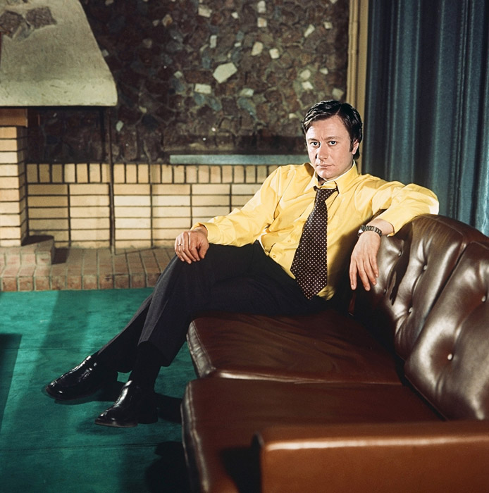 """АНДРЕЈ МИРОНОВ - најшармантниот актер во рускиот филм во 1970 и 80-тите години на минатиот век, беше невозможно да го замислите без вратоврска. Во филмот """"Неверојатните авантури на италијанци во Русија"""", гледачите не можеа а да не забележат колку многу вратоврски промени тој во помалку од два часа."""