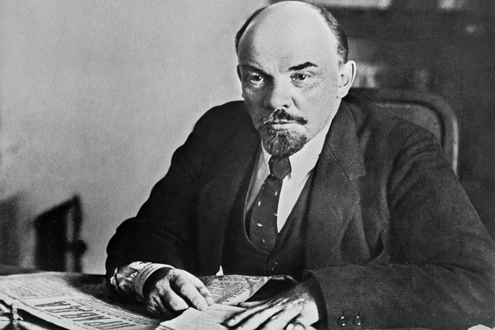 Вратоврската на ВЛАДИМИР ЛЕНИН секако им е позната не само на русите, туку на милиони ширум светот. Судејќи според многуте фотографии од него, тој секогаш бил во тек со модата. Раскопчаната кошула можеби ја измислија Brooks Brothers, но прв почна да ја носи Ленин. Од 1918 па натаму, тој постојано беше фотографиран со откопчана кошула. Иако умира во 1924, неговиот стил уште долго ќе биде имитиран.
